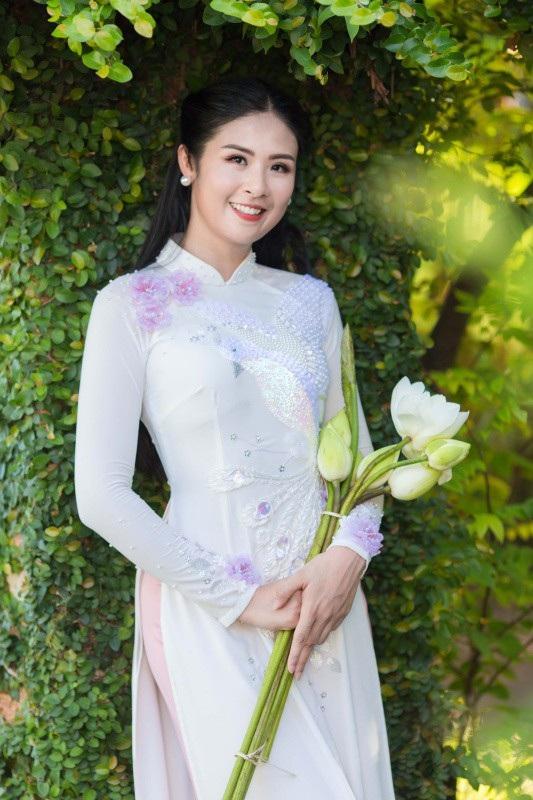 Ngọc Hân vừa ra mắt bộ sưu tập áo dài cưới với tên gọi Ngày hạnh phúc. Đây cũng là lần đầu tiên Hoa hậu Việt Nam 2010 thiết kế áo dài cho cô dâu và các bậc phụ huynh trong ngày cưới của con. Trong các bộ sưu tập trước đây, người đẹp chủ yếu lấy cảm hứng từ văn hoá truyền thống hoặc các nước trên thế giới.