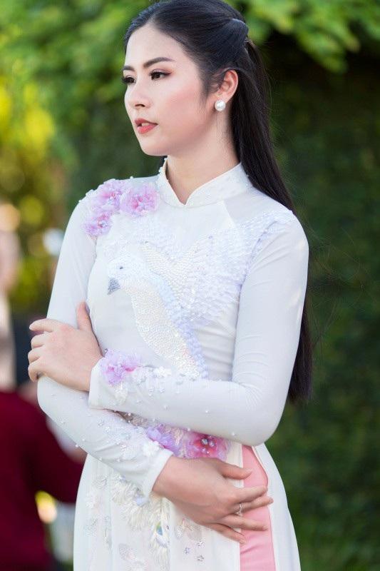 Ngọc Hân sinh năm 1989. Cô được biết đến sau khi đăng quang Hoa hậu Việt Nam 2010. Từ nhỏ, Ngọc Hân đã có niềm đam mê với thời trang. Cô biết vẽ từ năm hai tuổi và biết may vá từ năm lớp hai. Lên lớp năm, cô đã kinh doanh búp bê tự làm.
