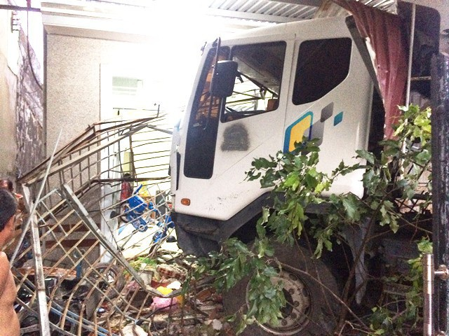 Chiếc xe tải bất ngờ mất lái tông thẳng vào nhà dân.