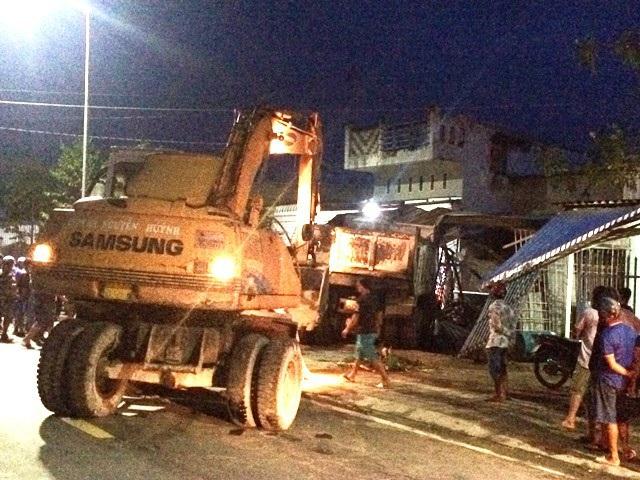 Lực lượng chức năng điều xe đến giải cứu xe tải bị mắc kẹt phía bên trong. (Ảnh: CTV)
