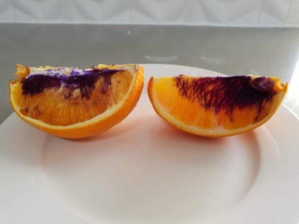 Những miếng cam dần dần chuyển sang màu tím.