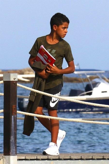 """Cậu con trai Cristiano Jr. cũng được bố đưa đi """"quẩy"""""""