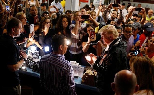 Tổng thống Trump trong chuyến thăm hỏi người dân Puerto Rico vào tháng 10/2017 sau siêu bão Maria (Ảnh: Reuters)