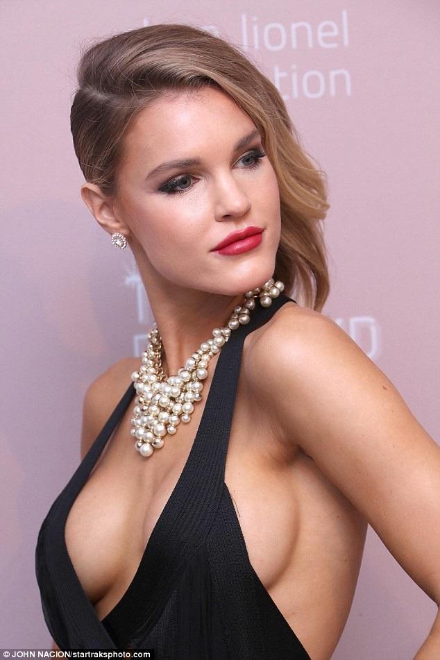 Người mẫu Playboy Joy Corrigan khoe ngực gợi cảm trong tiệc thời trang tổ chức tại New York ngày 13/9 vừa qua