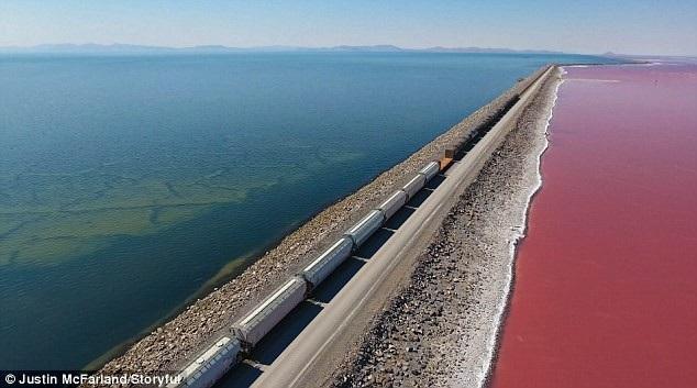 Một bên hồ giữ được màu xanh nguyên thủy, còn phía bên kia có màu đỏ hồng
