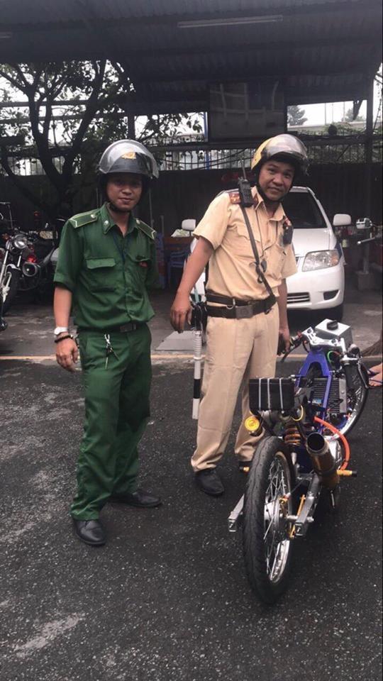 CSGT Đội Rạch Chiếc trên đường tuần tra đã tóm gọn chiếc xe máy kỳ dị do nam thanh niên điều khiển.