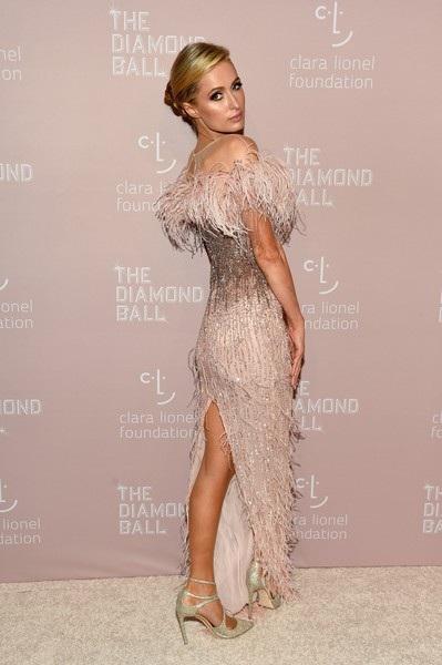 Paris Hilton diện bộ váy ren rua sang trọng