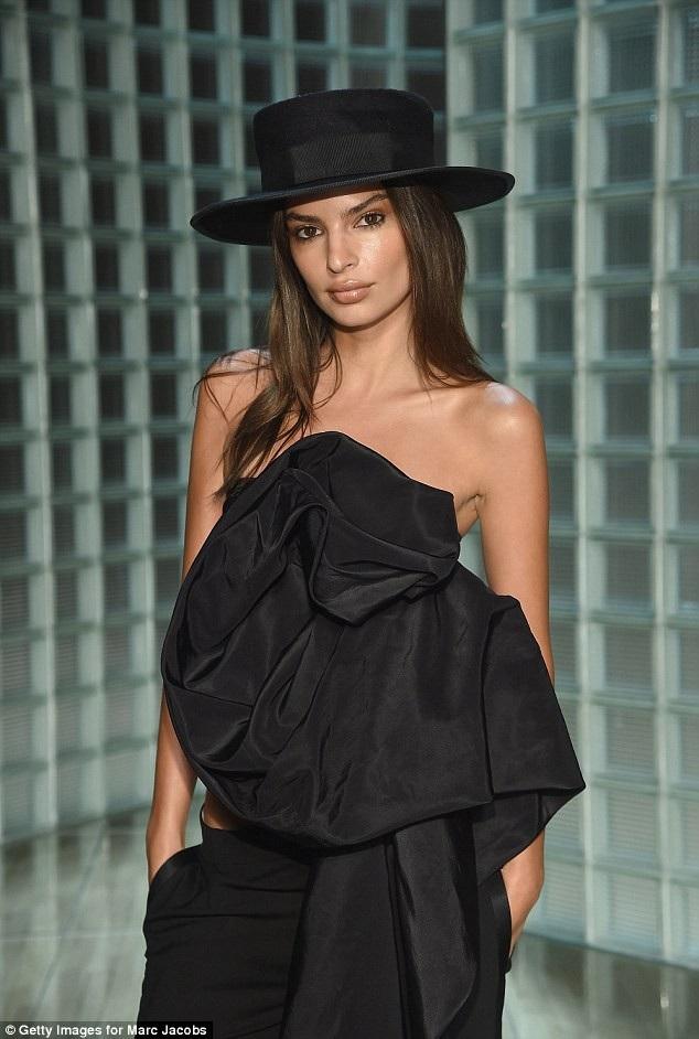 Người đẹp khoe dáng thanh mảnh trong bộ đồ đen gợi cảm