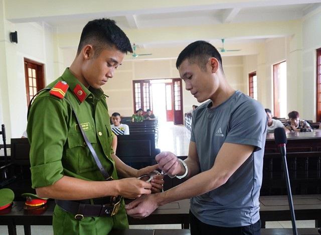 Với bản án 20 năm tù, Hà Văn Đức không dám mong người vợ sẽ chờ đợi mà chỉ day dứt vì đứa con trai 3 tuổi mà không biết nói, không biết đi