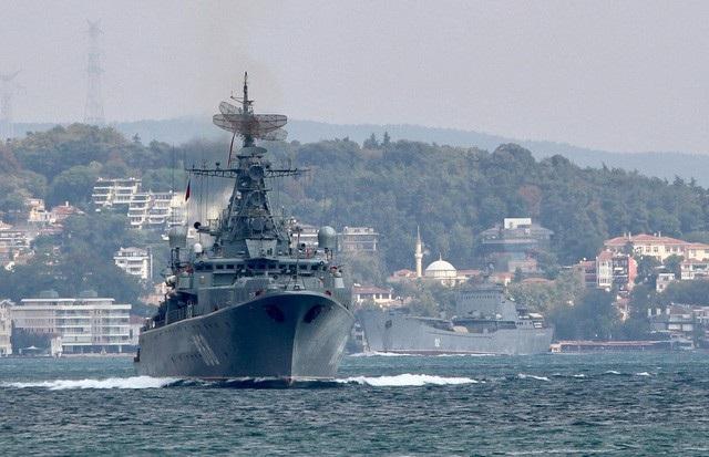 Tàu hộ vệ Pytlivy, theo sau là tàu đổ bộ Nikolai Filchenkov, của Hải quân Nga đi qua eo biển Bosphorus trong hành trình tới Địa Trung Hải ngày 24/8. (Ảnh: Reuters)