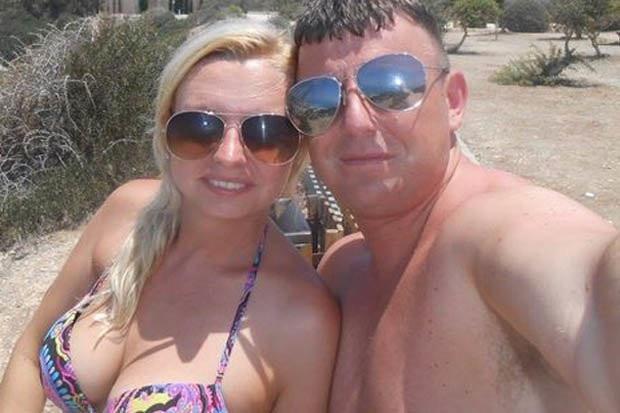 Sarah Bramley (trái) chụp ảnh với tình mới Michael Lawson.