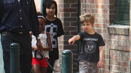 """Hồi năm 2008, đến lượt ông bố Brad Pitt hào hứng chia sẻ về cô con gái Shiloh, khi ấy chỉ mới hai tuổi rưỡi. Cụ thể thì trong buổi họp báo quảng bá cho bộ phim """"The curious case of Benjamin Button"""", Brad Pitt đã bật mí rằng: """"Con bé chỉ muốn được gọi là John thôi. John hoặc Peter""""."""