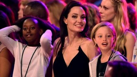 """Một điều khá đáng chú ý là Shiloh đã từ chối lời mời đóng phim cùng mẹ trong tác phẩm """"Maleficent"""" hồi năm 2014. Chính bà mẹ Angelina Jolie cũng không thể thuyết phục được con gái cưng mà chỉ có thể """"than thở"""" rằng: """"Chúng tôi đã nói đùa về việc Shiloh sẽ đóng vai Aurora hồi lớn hơn một chút. Rồi con bé nghĩ đấy là điều kỳ cục nhất trần đời. Con bé không bao giờ mặc dù chỉ một chiếc váy. Con bé sẽ không bao giờ chịu đâu""""."""