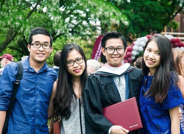 Nguyễn Siêu (thứ 3 từ trái sang), một người học chương trình công nghệ giáo dục của GS. Hồ Ngọc Đại trọn vẹn 5 năm.