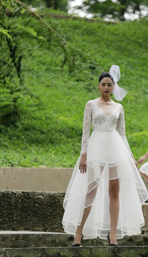 Chọn chất liệu ren và voan lưới, với gam màu nhẹ nhàng trong sáng, Trần Thiện Khánh dẫn dắt người xem vào khu vườn thơ mộng, nới có những thiếu nữ ngây thơ dịu dàng.