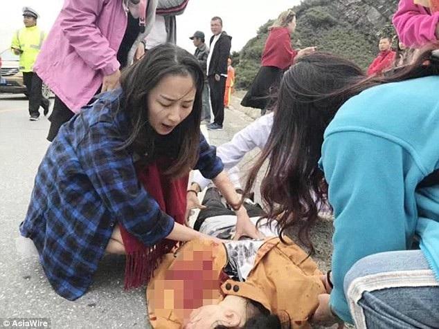 Hình ảnh nữ y tá Zhou Wei cứu người gặp tai nạn giao thông khi cô đang trong kỳ nghỉ trăng mật ở Thanh Hải, Trung Quốc.