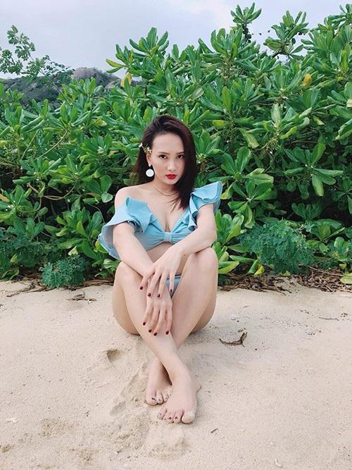 Diễn viên Bảo Thanh gợi cảm khi diện bikini nhưng cô chia sẻ trạng thái đầy tâm trạng: Chúng ta thật ra không thể nào thay đổi được số phận. Lo đấy, nghĩ đấy, thương lắm đấy! Nhưng biết phải làm sao.
