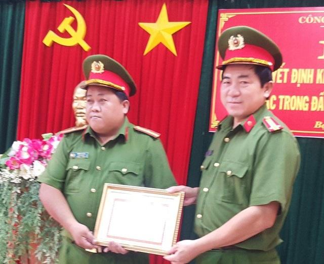 Đại tá Nguyễn Văn Hận- Phó Giám đốc Công an tỉnh Bạc Liêu (phải) trao khen thưởng cho đại diện Đội Cảnh sát hình sự Công an TP Bạc Liêu. (Ảnh: Công an Bạc Liêu)