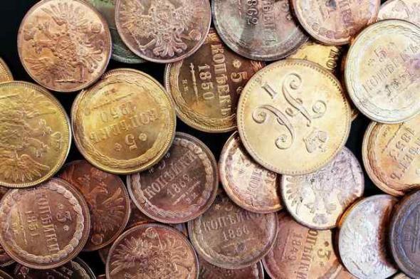 Những đồng xu vàng đã bị đánh tráo thành 3 chiếc cờ lê và 1 chiếc dập ghim. (Nguồn: Crime Russia)