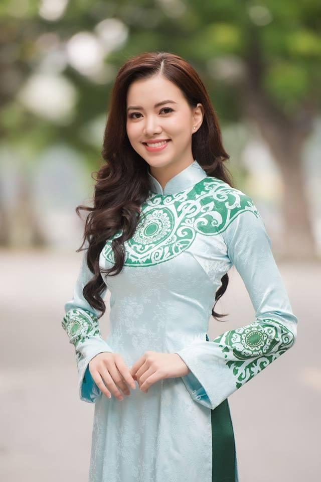 Ngoài sở hữu khuôn mặt ngời sáng, dịu dàng, thuần Việt, Hà Thanh Vân còn có tấm bằng đại học ở Mỹ và khả năng tiếng Anh cực tốt.
