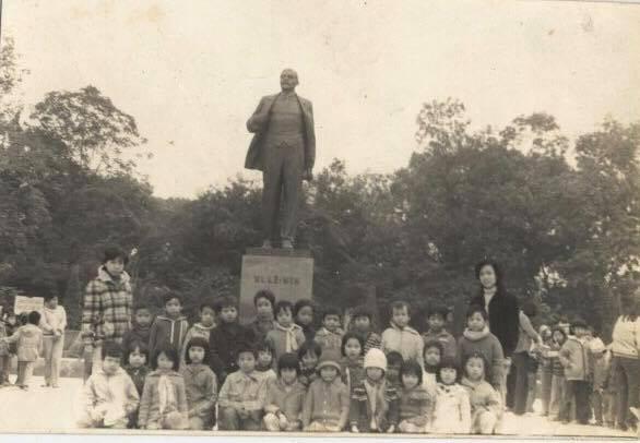 Học sinh khóa 7 trường Thực nghiệm (Hà Nội) chụp ảnh ở tượng đài Lê Nin.