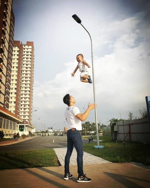 Nghệ sĩ xiếc Quốc Nghiệp lại khoe ảnh tung hứng con trai đầy chuyên nghiệp