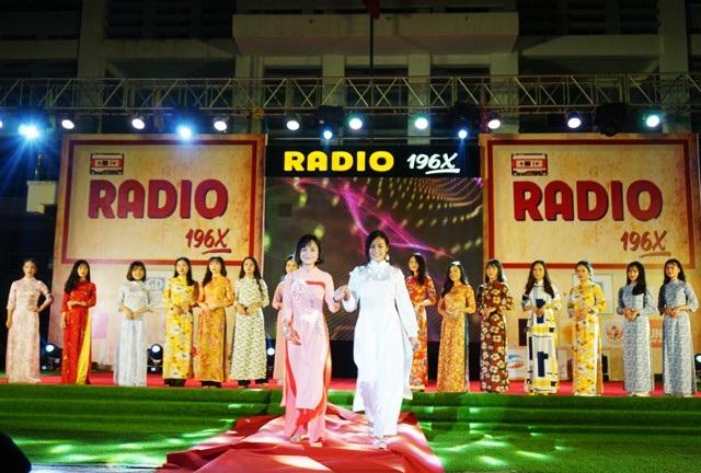 Phần trình diễn áo dài tân thời do các người mẫu không chuyên - nữ sinh Trường THPT Huỳnh Thúc Kháng là một điểm nhấn đặc biệt của chương trình
