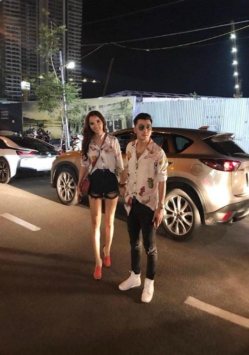 Ca sĩ Ưng Hoàng Phúc và vợ Kim Cương chụp ảnh khi nắm tay nhau đi ăn với trang phục đôi giản dị