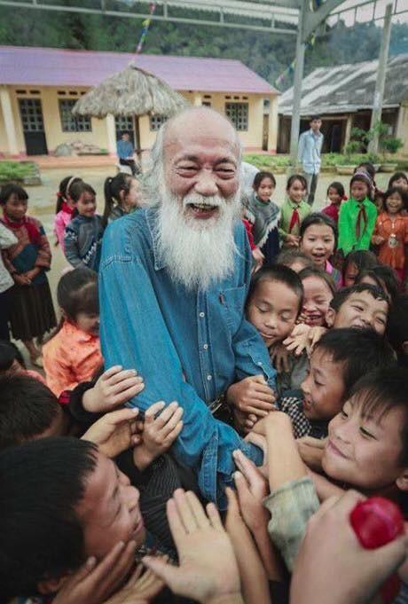 Nhà giáo Văn Như Cương trong một lần đến thăm trường học ở Simacai (Lào Cai).