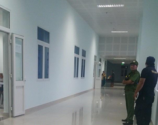 Vì người nhà kéo đến đông nên đến khuya, lực lượng công an vẫn phải có mặt ở bệnh viện để ổn định tình hình