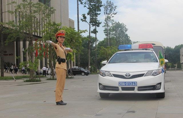 Tại Diễn đàn kinh tế thế giới đang diễn ra tại Hà Nội, nhiều nữ Cảnh sát giao thông (CSGT) làm nhiệm vụ điều tiết, phân luồng giao thông, dẫn an toàn đoàn lãnh đạo cấp cao các nước, đại biểu. Hình ảnh nữ CSGT tận tâm, chuyên nghiệp đã lấy được nhiều thiện cảm của bạn bè quốc tế. (Ảnh: Châu Như Quỳnh)