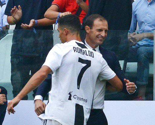 C.Ronaldo chạy tới ăn mừng cùng HLV Allegri