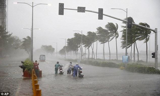 """""""Cảm giác giống như ngày tận thế của thế giới vậy… Cơn bão này còn mạnh hơn cả bão Lawin"""", Beheth Saquing, một người dân 64 tuổi, cho biết khi so sánh bão Mangkhut với một trong những cơn bão mạnh nhất tại Philippines năm 2016. (Ảnh: AP)"""