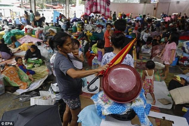 Khoảng 90.000 người đã được sơ tán khỏi các khu vực nguy hiểm và được khuyến cáo không trở về nhà cho tới khi bão đi qua. Philippines đã cho xả nước tại một số đập để giảm bớt lượng nước, song động thái này được cảnh báo có thể gây ra tình trạng ngập lụt ở Luzon. (Ảnh: EPA)