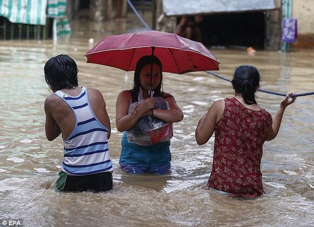 Cố vấn cấp cao của tổng thống Philippines Francis Tolentino ước tính hơn 5,7 triệu người trực tiếp chịu ảnh hưởng của cơn bão Mangkhut. (Ảnh: EPA)