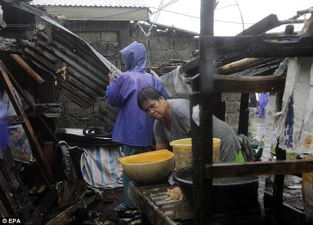 """""""Hầu hết các ngôi nhà bị phá hủy, mái nhà bị thổi bay. Không có điện, thông tin liên lạc cũng bị cắt"""", Rogelio Sending, quan chức chính phủ Philippines tại Tuguegarao, thủ phủ của tỉnh Cagayan - khu vực chịu ảnh hưởng trực tiếp do bão Mangkhut, nói với Reuters. (Ảnh: EPA)"""