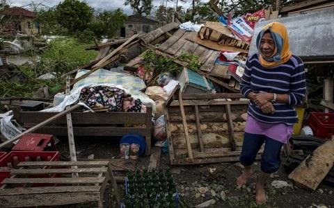Vào sáng nay 16/9, bão Mangkhut với sức gió 145km/giờ đã bắt đầu rời khỏi Philippines và tiến về phía Hong Kong, Trung Quốc. Hàng trăm chuyến bay đã bị hủy bỏ ở Hong Kong và Trung tâm Khí tượng Trung ương Trung Quốc đã phát cảnh báo đỏ, mức cảnh báo cao nhất, cho cơn bão này. (Nguồn: EPA)