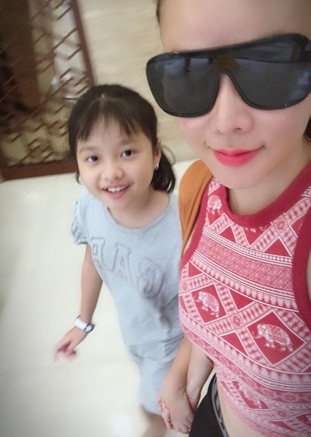 Trong dịp sinh nhật lần thứ 10 của con gái Diệp Khả Doanh, diễn viên Dương Yến Ngọc bất ngờ tiết lộ việc con gái được chồng cũ đưa sang Mỹ học đã 3 tháng.
