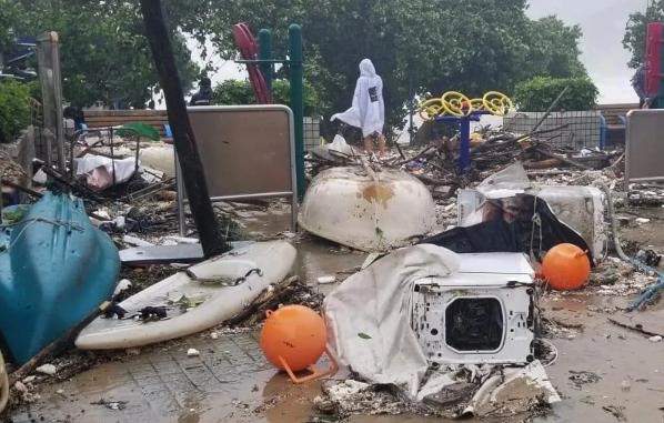 Tại khu vực Hung Hom, hàng chục cửa sổ của các văn phòng đã bị phá hủy, cuốn theo nhiều đồ dùng và giấy trong gió bão.