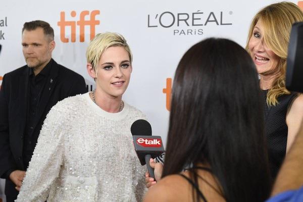 Gần đây khi trả lời phỏng vấn, Kristen Stewart nói cô thích sự mơ hồ khi nói về giới tính