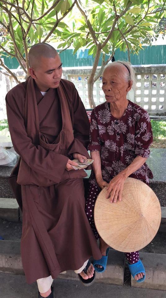 Sư thầy Thích Tuệ Thành, nhà thiện nguyện Hoàng Thái đến thăm và truyền hơi ấm tình thương giúp cụ cháu bé Thu Trâm có thêm động lực vượt qua hoạn nạn.