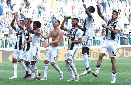 C.Ronaldo và các đồng đội cảm ơn những CĐV sau trận đấu