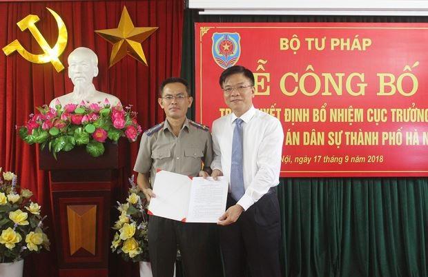 Bộ trưởng Bộ Tư pháp Lê Thành Long trao quyết định bổ nhiệm Cục trưởng Cục Thi hành án dân sự TP Hà Nội cho ông Lê Xuân Hồng (Ảnh: PLVN).