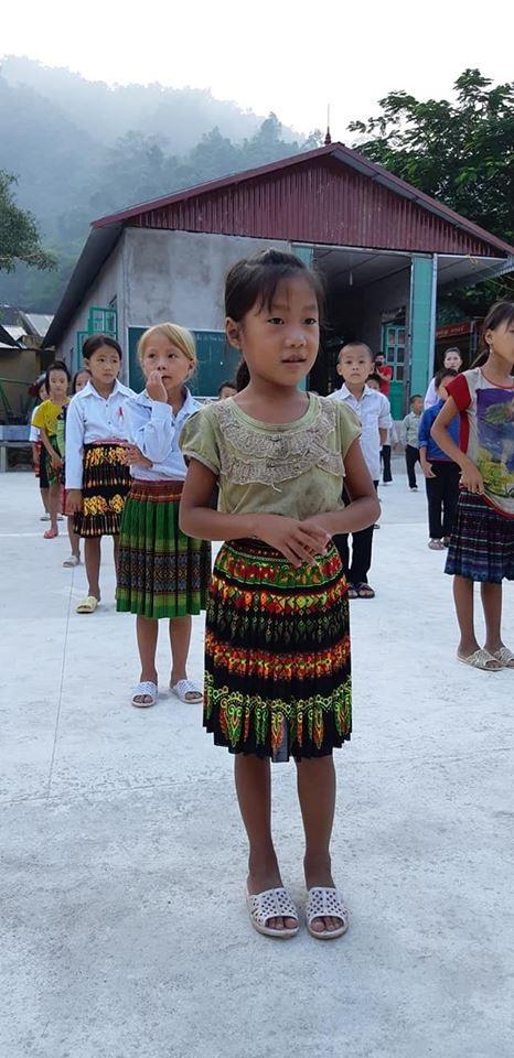 Nhiều em học sinh có hoàn cảnh khó khăn, đi học trong những bộ áo quần lem luốc cáu bẩn