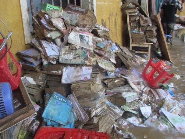 Do ảnh hưởng của mưa lũ, sách vở của học sinh và nhiều trang thiết bị đã bị lũ cuốn trôi.
