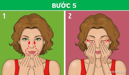Dùng ba ngón tay giữa massage ngược từ cằm lên hai bên sóng mũi, rồi nhẹ nhàng vuốt từ khóe mắt đến phía đuôi mắt để xóa tan quầng thâm.