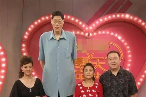 Ông Trương và vợ gặp nhau trong một chương trình truyền hình ghép đôi (đứng giữa)