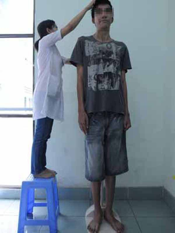 Bạn Dương Tiến Đ. có chiều cao 2m3 khi mới 21 tuổi ở Long Khánh, Đồng Nai