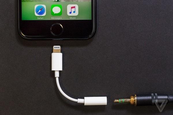 Phụ kiện chuyển đổi từ cổng lightning sang cổng 3,5mm không còn được cung cấp miễn phí trong hộp đựng iPhone XS và XS Max như trước đây, dù 2 sản phẩm đều có mức giá rất cao