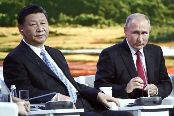 Hai nhà lãnh đạo Nga - Trung dự phiên thảo luận của Diễn đàn Kinh tế phương Đông ở Vladivostok ngày 12/9 (Ảnh: AFP)
